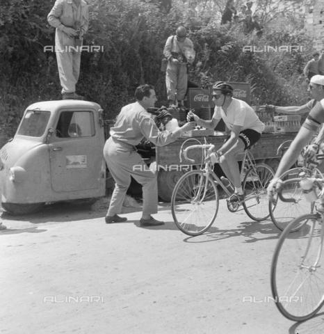RCT-F-036090-0000 - Fausto Coppi durante il giro d'Italia - Data dello scatto: 21/05/1954-13/06/1954 - Archivio Toscani/Gestione Archivi Alinari, Firenze