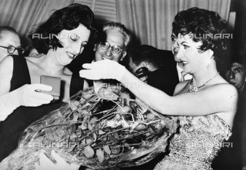 RCT-F-048830-0000 - Anna Magnani e Gina Lollobrigida - Data dello scatto: 1955 ca. - Archivio Toscani/Gestione Archivi Alinari, Firenze