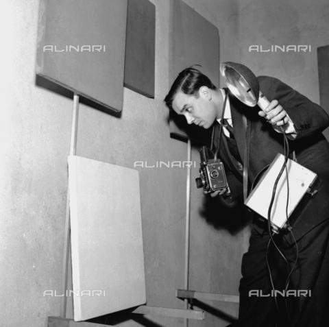 RCT-F-058516-0000 - Il pittore francese Yves Klein alla sua mostra nella galleria Apollinaire - Archivio Toscani/Gestione Archivi Alinari, Firenze