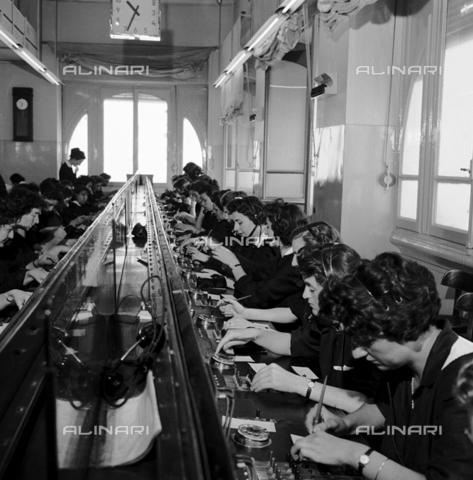 RCT-F-072130-0000 - Un gruppo di centraliniste al lavoro - Data dello scatto: 1955 ca. - Archivio Toscani/Gestione Archivi Alinari, Firenze