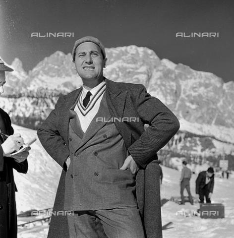 """RCT-F-075746-0000 - Alberto Sordi a Cortina d'Ampezzo durante le riprese del film """"Vacanze d'inverno"""" (1958-59) - Data dello scatto: 1958-1959 ca. - Archivio Toscani/Gestione Archivi Alinari, Firenze"""