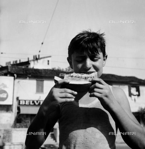 RCT-S-013082-0001 - Bambino che mangia una fetta di cocomero - Data dello scatto: 07/1950 - Archivio Toscani/Gestione Archivi Alinari, Firenze