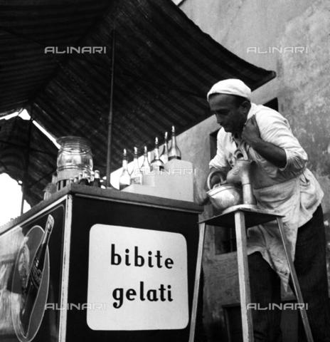 RCT-S-013082-0007 - Venditore ambulante di bibite e gelati - Data dello scatto: 07/1950 - Archivio Toscani/Gestione Archivi Alinari, Firenze