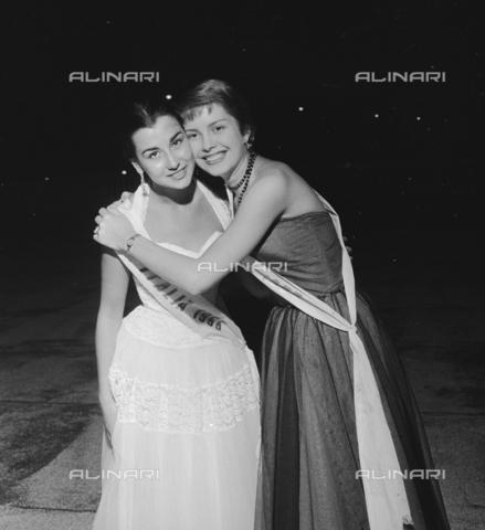 RCT-S-045960-0002 - Elezione di Miss Italia: Miss Cinema e Brunella Tocci, Miss Italia - Data dello scatto: 5-6/09/1955 - Archivio Toscani/Gestione Archivi Alinari, Firenze