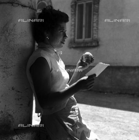 RCT-S-053606-0001 - Servizio Mondariso a Rozzano. Una mondina - Data dello scatto: 22/06/1956 - Archivio Toscani/Gestione Archivi Alinari, Firenze