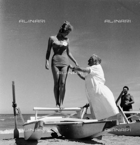 """RCT-S-054846-0004 - Rimini. Concorso """"Miss Italia"""" - Data dello scatto: 1956 - Archivio Toscani/Gestione Archivi Alinari, Firenze"""