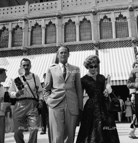 RCT-S-064487-0003 - Mostra del Cinema di Venezia: Henry Fonda con la moglie, la baronessa Afdera Franchetti - Data dello scatto: 08/1957 - Archivio Toscani/Gestione Archivi Alinari, Firenze