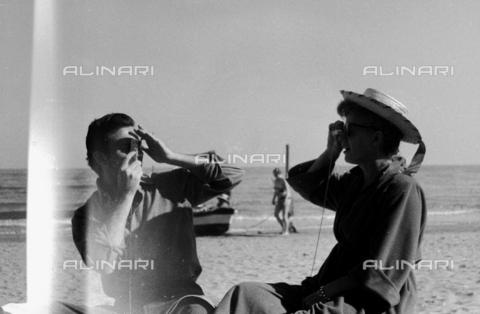 RCT-S-072973-0035 - Shelly Winters e Anthony Franciosa sulla spiaggia - Archivio Toscani/Gestione Archivi Alinari, Firenze