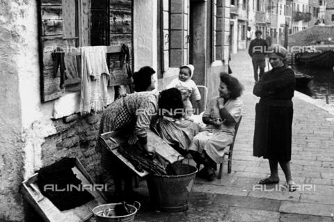 RCT-S-61703Q-021A - Gruppo di donne vicino a un canale di Venezia - Data dello scatto: 20/04/1957 - Archivio Toscani/Gestione Archivi Alinari, Firenze