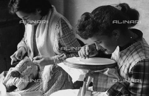 RCT-S-61703Q-033A - Merlettaie di Venezia - Data dello scatto: 20/04/1957 - Archivio Toscani/Gestione Archivi Alinari, Firenze