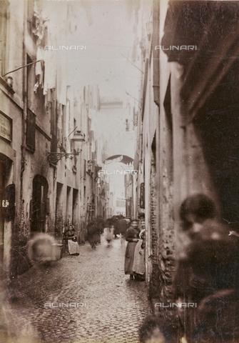 REA-F-000036-0000 - Via dei Cappellari nella zona di Campo de' Fiori a Roma - Data dello scatto: 1880-1890 - Archivi Alinari, Firenze