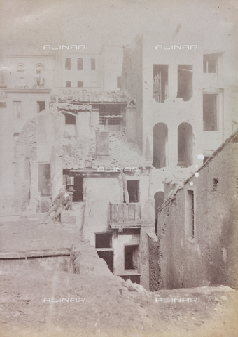 REA-F-000183-0000 - Demolizione di edifici antistanti la Casa di Giulio Romano vicino al Campidoglio a Roma. L'intera area fu demolita in occasione della costruzione del Vittoriano - Data dello scatto: 1880-1890 ca. - Archivi Alinari, Firenze