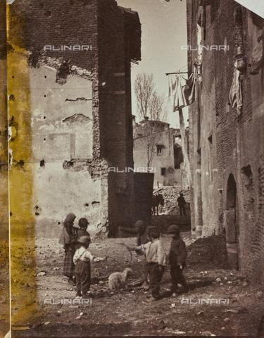 REA-F-000236-0000 - Bambini che giocano all'aperto nella zona del Lungotevere dei Pierleoni a Roma - Data dello scatto: 1880-1887 ca. - Archivi Alinari, Firenze