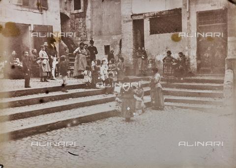 REA-F-000312-0000 - Veduta animata di piazza Catalana nel ghetto ebraico a Roma, oggi la piazza non esiste più - Data dello scatto: 1880-1885 ca. - Raccolte Museali Fratelli Alinari (RMFA)-archivio Roesler Franz, Firenze