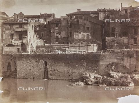 REA-F-000360-0000 - Veduta di Ripa Giudea (Ripa Judea), oggi Lungotevere Pierleoni, dopo Ponte Quattro Capi (Ponte Fabricio) a Roma - Data dello scatto: 1880-1887 ca. - Archivi Alinari, Firenze