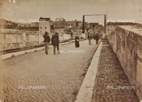 REA-F-000385-0000 - Last passersby of Ponte Rotto (Ponte Emilio), closed permanently in 1884; in the background the metal walkway supported by ropes - Data dello scatto: 1880-1884 - Archivi Alinari, Firenze