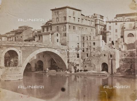 REA-F-000393-0000 - Ponte Fabricio e il ghetto ebraico a Roma durante la demolizione di alcuni edifici - Data dello scatto: 1875-1890 ca. - Archivi Alinari, Firenze