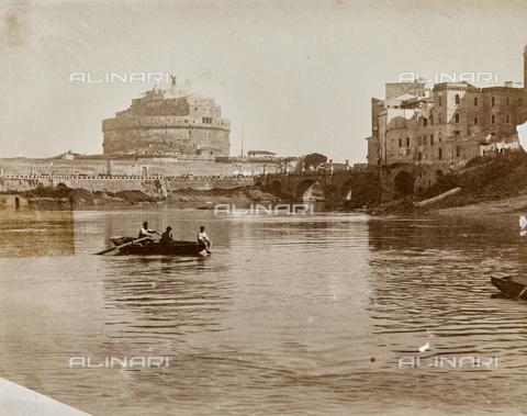 REA-F-000464-0000 - Barca sul Tevere; sullo sfondo Castel Sant'Angelo; Rione Ponte, Roma - Data dello scatto: 1880-1890 ca. - Archivi Alinari, Firenze
