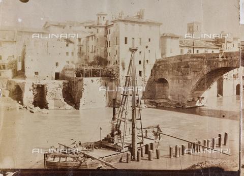 REA-F-000475-0000 - Imbarcazione sul Tevere a Roma. Sullo sfondo l'Isola Tiberina e Ponte Cestio - Data dello scatto: 1880-1890 ca. - Archivi Alinari, Firenze