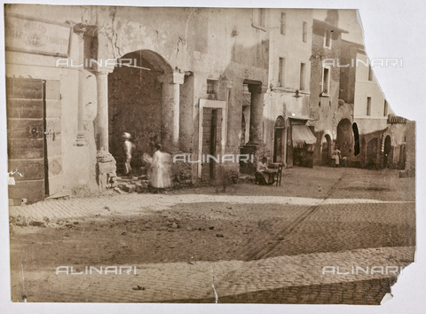 REA-F-000641-0000 - Veduta di via del Colonnato a Tivoli - Data dello scatto: 1880-1890 - Raccolte Museali Fratelli Alinari (RMFA)-archivio Roesler Franz, Firenze