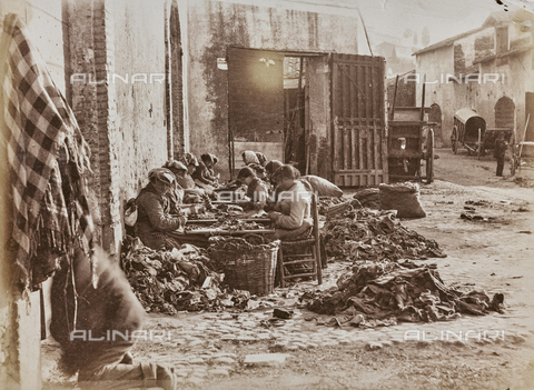 REA-F-000671-0000 - La cernita degli stracci destinati alla fabbricazione della carta a Tivoli - Data dello scatto: 1880-1890 - Archivi Alinari, Firenze