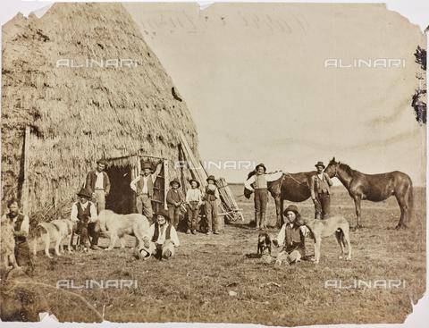REA-F-000793-0000 - Gruppo di contadini e animali in posa davanti a una capanna di paglia nella campagna abruzzese - Data dello scatto: 1880-1890 - Archivi Alinari, Firenze