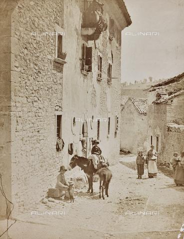 REA-F-000794-0000 - Strada animata in un paese abruzzese - Data dello scatto: 1880-1890 - Archivi Alinari, Firenze