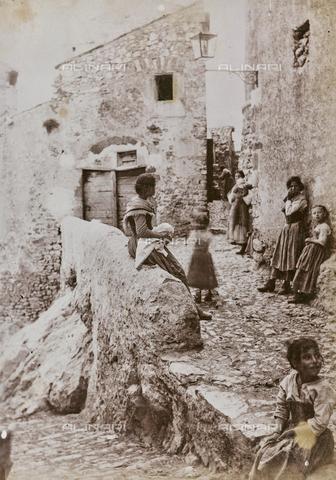 REA-F-000796-0000 - Vicolo animato di San Polo dei Cavalieri - Data dello scatto: 1880-1890 - Archivi Alinari, Firenze