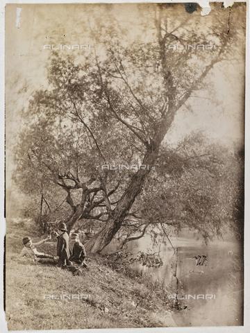 REA-F-000939-0000 - Gruppo di bambini sull'argine di un fiume - Data dello scatto: 1880-1890 - Raccolte Museali Fratelli Alinari (RMFA)-archivio Roesler Franz, Firenze