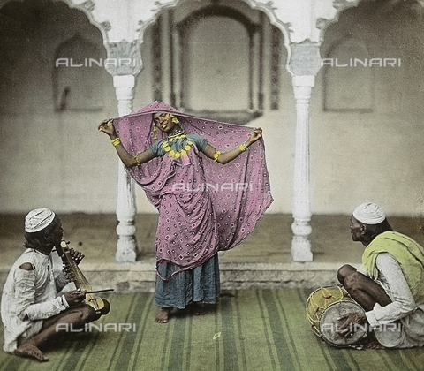 RGD-F-000001-0000 - Ballerina indiana in abiti tradizionali accompagnata da due suonatori - Data dello scatto: 1900 ca. - Archivi Alinari, Firenze