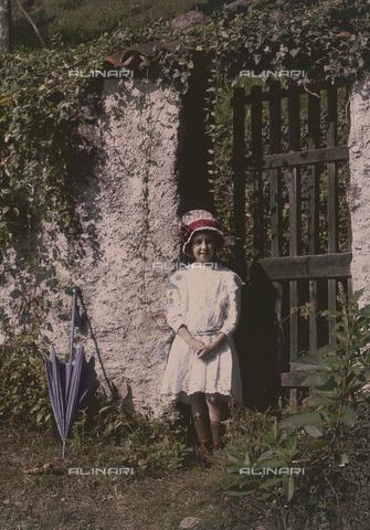 RGD-F-001788-0000 - Ritratto di bambina con ombrello - Data dello scatto: 1880-1900 - Archivi Alinari, Firenze