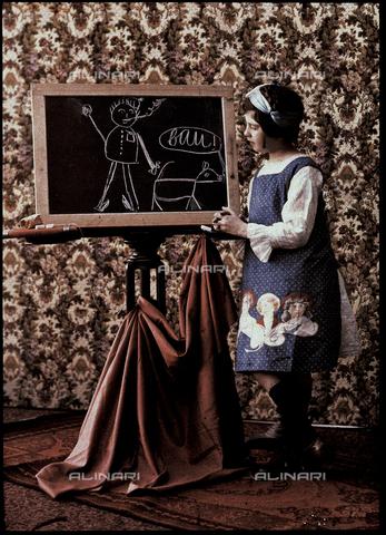 RGD-F-001799-0000 - Bambina disegna ad una lavagnetta - Data dello scatto: 1910 ca. - Archivi Alinari, Firenze