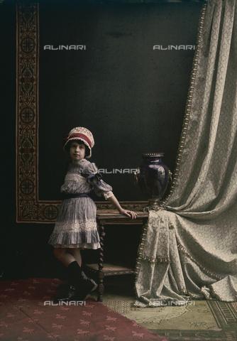 RGD-F-001836-0000 - Ritratto di bambina in un interno - Data dello scatto: 1880-1900 - Archivi Alinari, Firenze