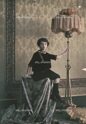 RGD-F-001838-0000 - Bambina accanto a una lampada d'epoca - Data dello scatto: 1880-1900 - Archivi Alinari, Firenze