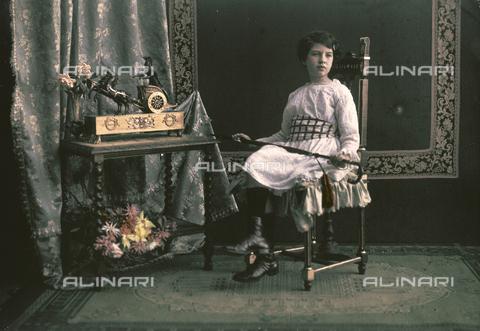 RGD-F-001839-0000 - Interno con bambina e mobili - Data dello scatto: 1880-1900 - Archivi Alinari, Firenze