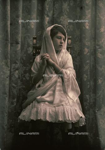 RGD-F-001882-0000 - Bambina con un velo in testa - Data dello scatto: 1880-1900 - Archivi Alinari, Firenze
