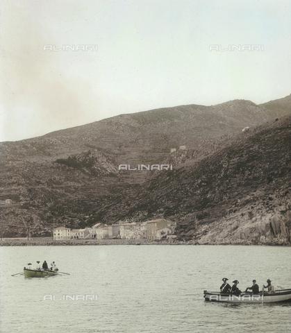 RGD-F-004074-0000 - Veduta dell' Isola di Capraia con barche di pescatori e carabinieri - Data dello scatto: 1890-1899 - Archivi Alinari, Firenze