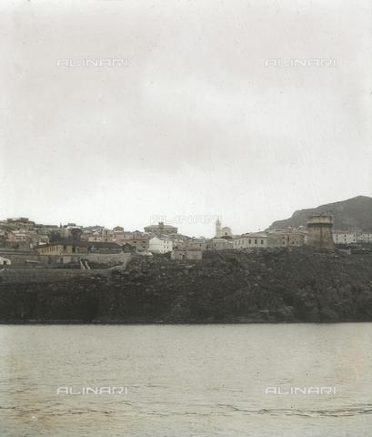 RGD-F-004075-0000 - Veduta dell' Isola di Capraia con il paese - Data dello scatto: 1890-1899 - Archivi Alinari, Firenze