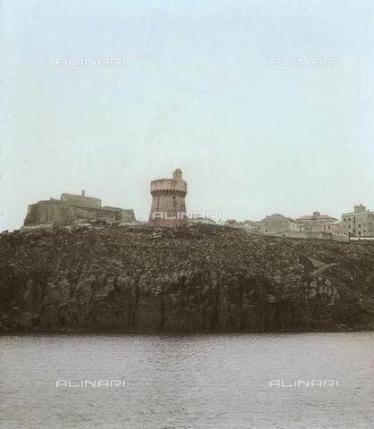 RGD-F-004076-0000 - Veduta dell' Isola di Capraia con il paese e il torrione - Data dello scatto: 1890-1899 - Archivi Alinari, Firenze