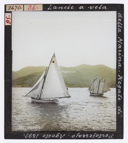 RGD-S-000036-2670 - Lance a vela della Marina durante una regata a Portoferraio, Isola d'Elba - Data dello scatto: 08/1897 - Raccolte Museali Fratelli Alinari (RMFA)-donazione Roster, Firenze