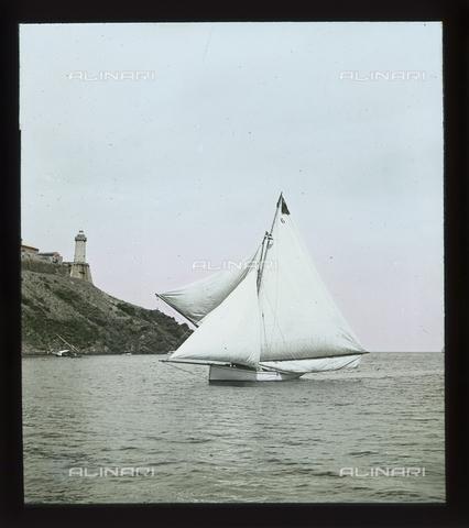 """RGD-S-000036-2673 - Cutter """"Fides"""" during a race in Portoferraio, Elba Island - Data dello scatto: 08/1897 - Archivi Alinari, Firenze"""