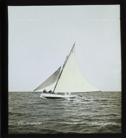 """RGD-S-000036-2680 - Cutter """"Fides"""" during a race in Portoferraio, Elba Island - Data dello scatto: 08/1897 - Archivi Alinari, Firenze"""