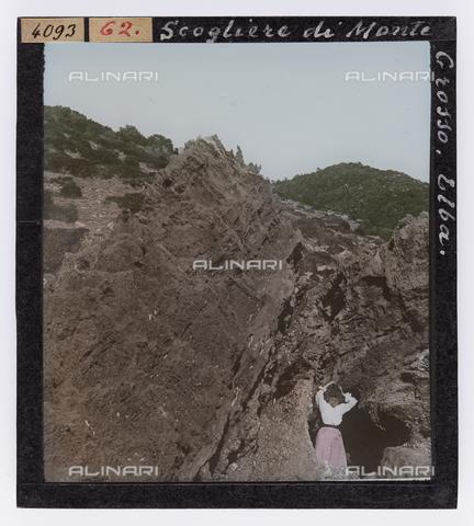 RGD-S-000062-4093 - Donna ritratta tra gli scogli di Monte Grosso, Isola d'Elba - Data dello scatto: 1890-1910 - Raccolte Museali Fratelli Alinari (RMFA)-donazione Roster, Firenze