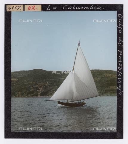 """RGD-S-000062-4107 - """"La Columbia"""" sailing boat in the Gulf of Portoferraio, Elba Island - Data dello scatto: 1890-1910 - Archivi Alinari, Firenze"""