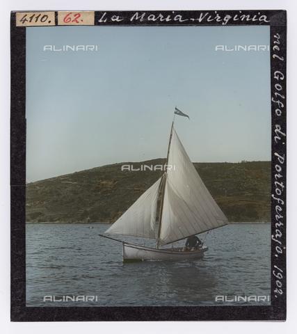 """RGD-S-000062-4110 - """"Maria Virginia"""" sailing boat in the Gulf of Portoferraio, Elba Island - Data dello scatto: 1902 - Archivi Alinari, Firenze"""