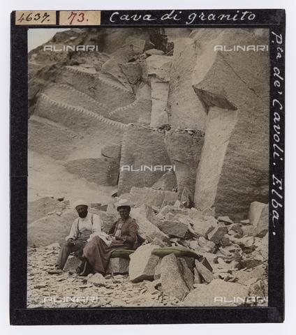 RGD-S-000073-4637 - Coppia all'interno della cava di granito a Punta dei Cavoli, Isola d'Elba - Data dello scatto: 1890-1910 - Raccolte Museali Fratelli Alinari (RMFA)-donazione Roster, Firenze
