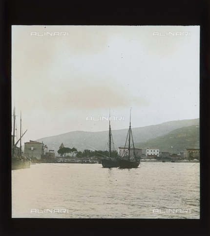 RGD-S-000074-4301 - Imbarcazioni davanti a Marina di Campo, Isola d'Elba - Data dello scatto: 1890-1910 - Raccolte Museali Fratelli Alinari (RMFA)-donazione Roster, Firenze