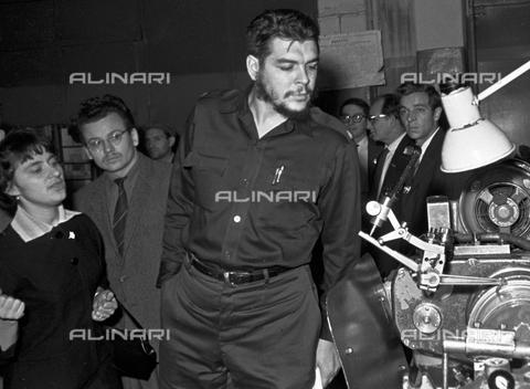 RNA-F-004277-0000 - The revolutionary Ernesto Guevara (1928-1967) said el Che examines the machinery as head of the Cuban economic mission in Russia - Data dello scatto: 14/09/1960 - Sputnik/ Alinari Archives