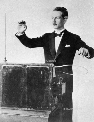 RNA-F-068233-0000 - Soviet engineer Lev Termen playing a termenvox, an electric musical instrument invented by him - Data dello scatto: 20/02/1932 - Sputnik/ Alinari Archives