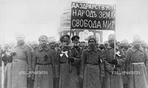 "RNA-F-146182-0000 - Russian Revolution of 1917: Troops under a revolutionary slogans of ""Long live the people, the land, liberty and peace!"" to Nikolayevsk-on-Amur, Far East Russia - Data dello scatto: 02/1917 - Sputnik/ Alinari Archives"